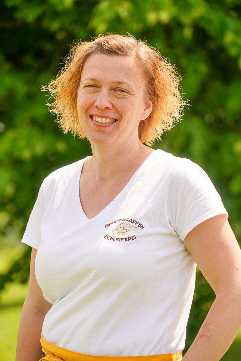 Bauernkrapfen-Schleiferei Mitarbeiterin Anita Hinterreiter