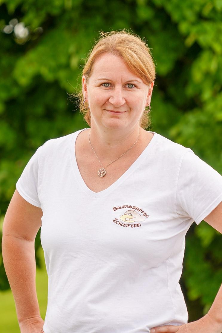 Bauernkrapfen-Schleiferei Mitarbeiterin Erika Schartmüller