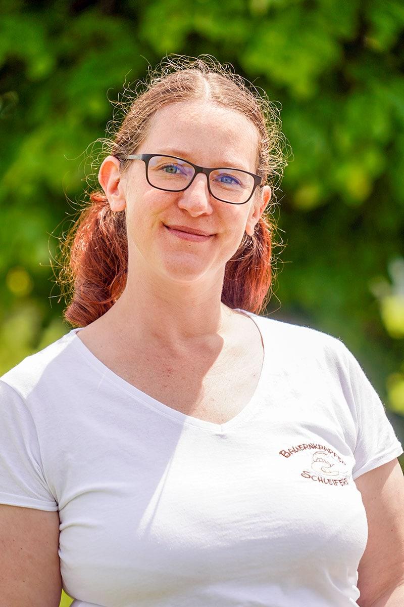 Bauernkrapfen-Schleiferei Mitarbeiterin Kerstin Masaninger
